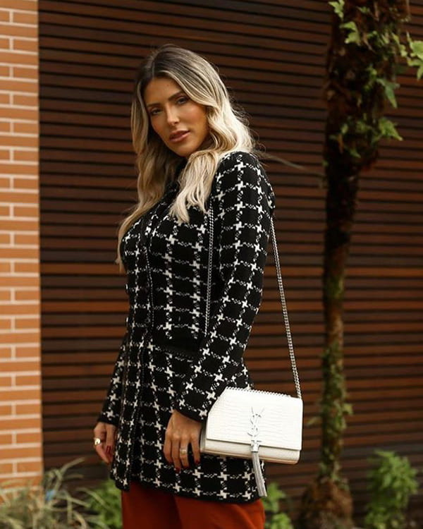 Tendência Tricot Inverno 2020: modelo vestindo um cardigan preto e branco.