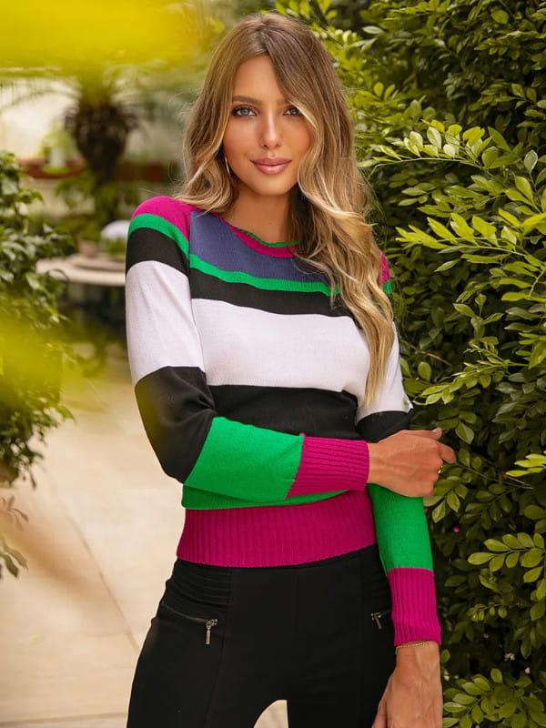 Tendência Tricot Inverno 2021: modelo vestindo uma blusa de tricot com listras horizontais coloridas.