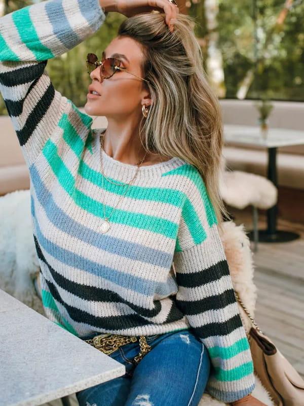 Tendência Tricot Inverno 2021: modelo vestindo uma blusa manga longa listrada com verde.