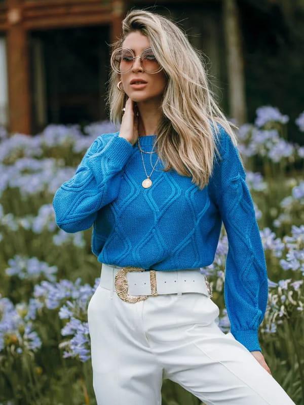 Tendência Tricot Inverno 2021: modelo vestindo uma blusa de tricot manga longa azul claro.