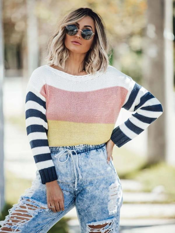 Tendência Tricot Inverno 2021: modelo vestindo uma blusa de tricot listrada.