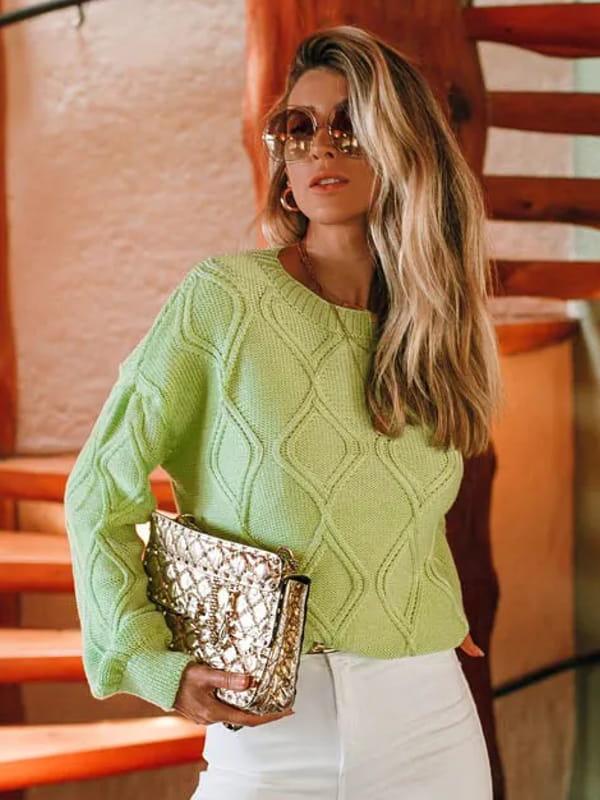 Tendência Tricot Inverno 2021: modelo vestindo uma blusa de tricot manga longa verde claro.