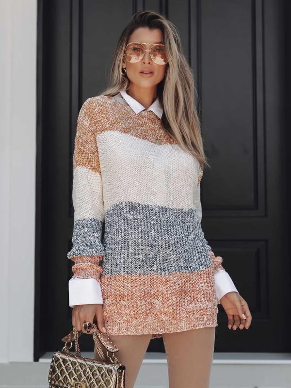 Tendência Tricot Inverno 2021: modelo vestindo uma blusa de tricot maxipull com faixas coloridas.