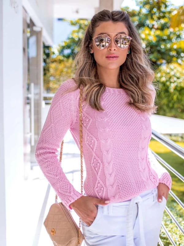 Tendência Tricot Inverno 2021: modelo vestindo uma blusa de tricot rosa mullet.