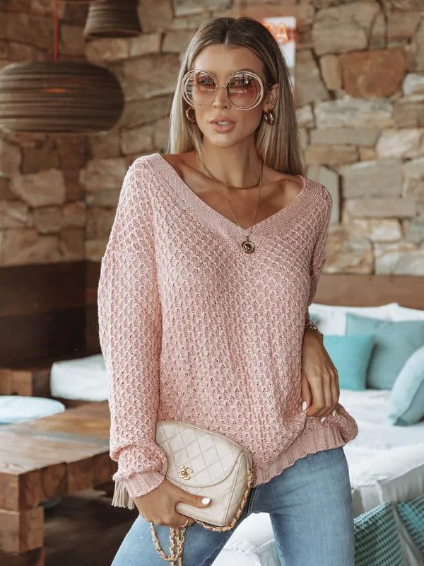 Tendência Tricot Inverno 2021: modelo vestindo uma blusa de tricot manga longa decote V.