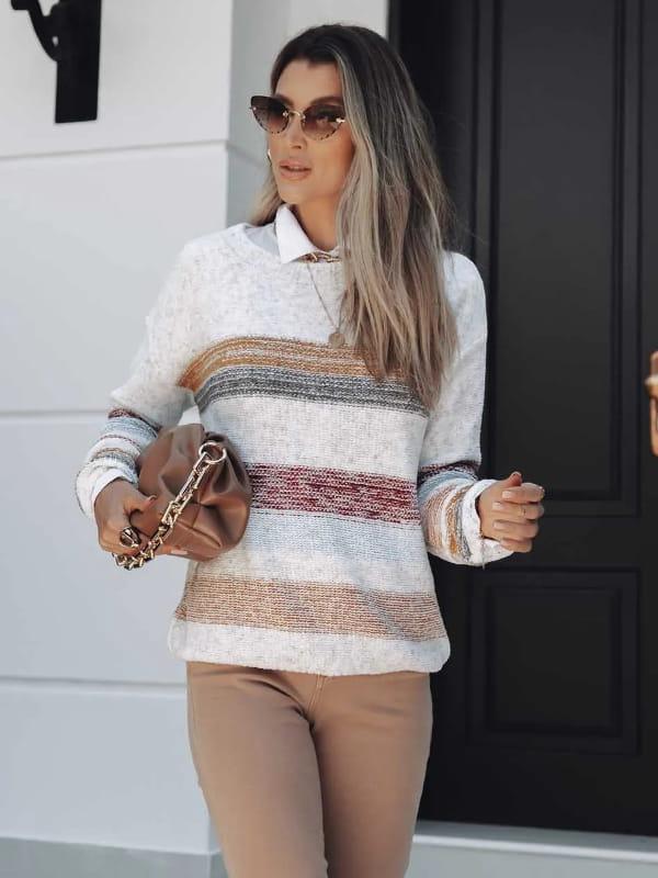 Tendência Tricot Inverno 2021: modelo vestindo uma blusa de tricot listrada com fio mousse.