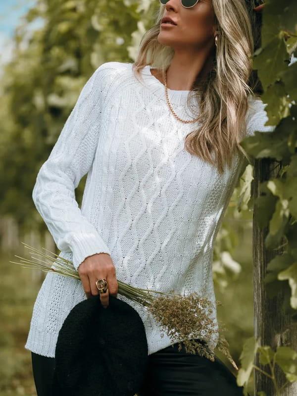 Tendência Tricot Inverno 2021: modelo vestindo uma blusa de tricot off white com losangos.
