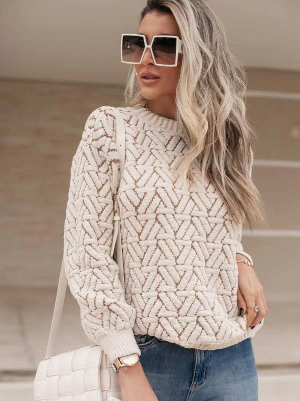 Tendência Tricot Inverno 2021: modelo vestindo uma blusa de tricot fio mousse areia.