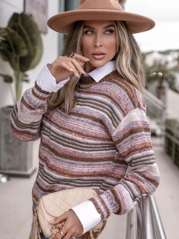 Tendência Tricot Inverno 2021: modelo vestindo uma blusa de tricot listrada e mesclada.