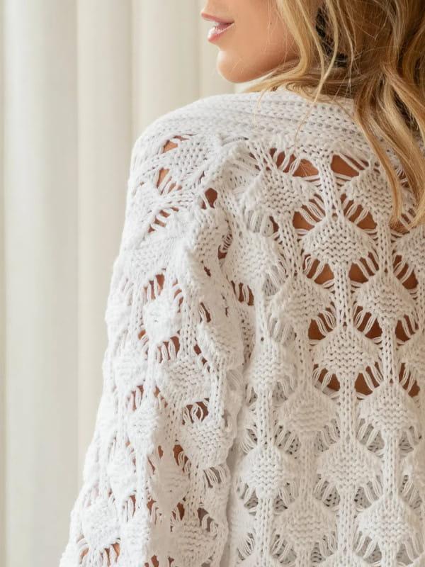 Tendência Tricot Inverno 2021: modelo com uma blusa rendada mostrando as costas.