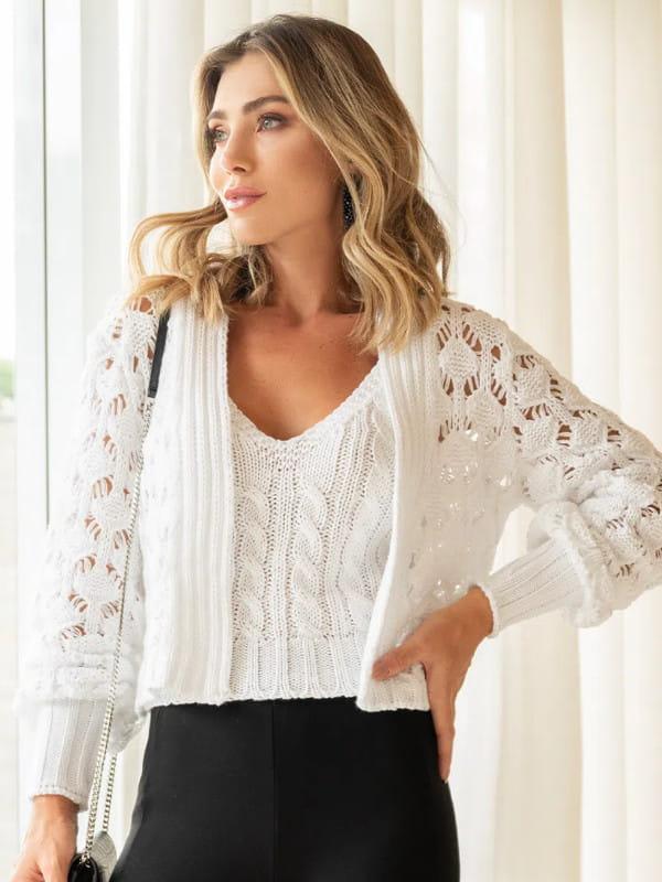 Tendência Tricot Inverno 2021: modelo com uma blusa rendada.