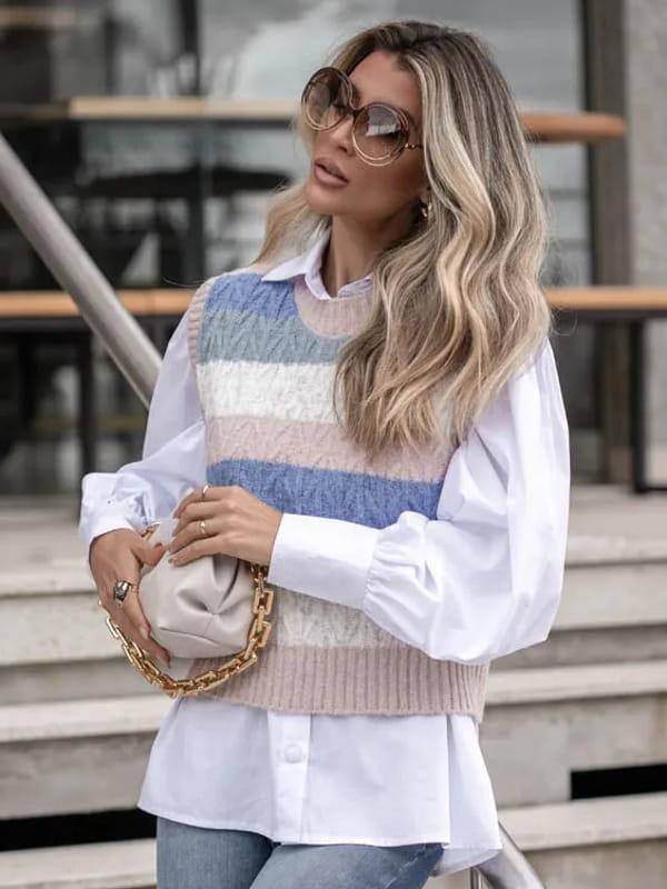 Tendência Tricot Inverno 2021: modelo vestindo um colete de tricot com listras horizontais coloridas.