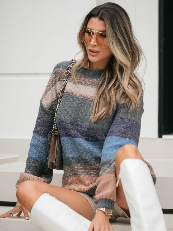 Tendência Tricot Inverno 2021: modelo vestindo uma blusa de tricot manga longa listrada com cinza predominante.