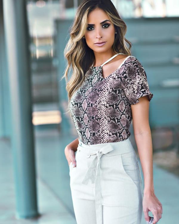 Moda Outono Inverno 2020: mulher jovem vestindo uma blusa com estampa animal print.