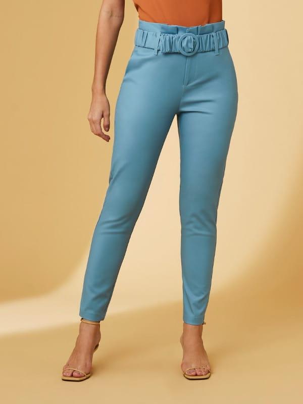 Tendências de calças femininas para 2021: modelo usando uma calça clochard.