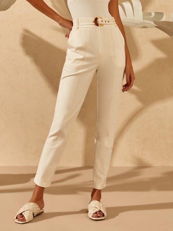 Tendências de calças femininas para 2021: modelo usando uma calça skinny off white linda.