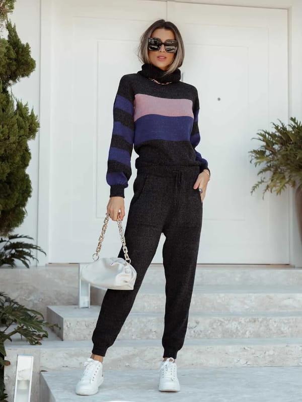 Tendências de calças femininas para 2021: modelo usando um conjunto com calça e blusa de tricot.