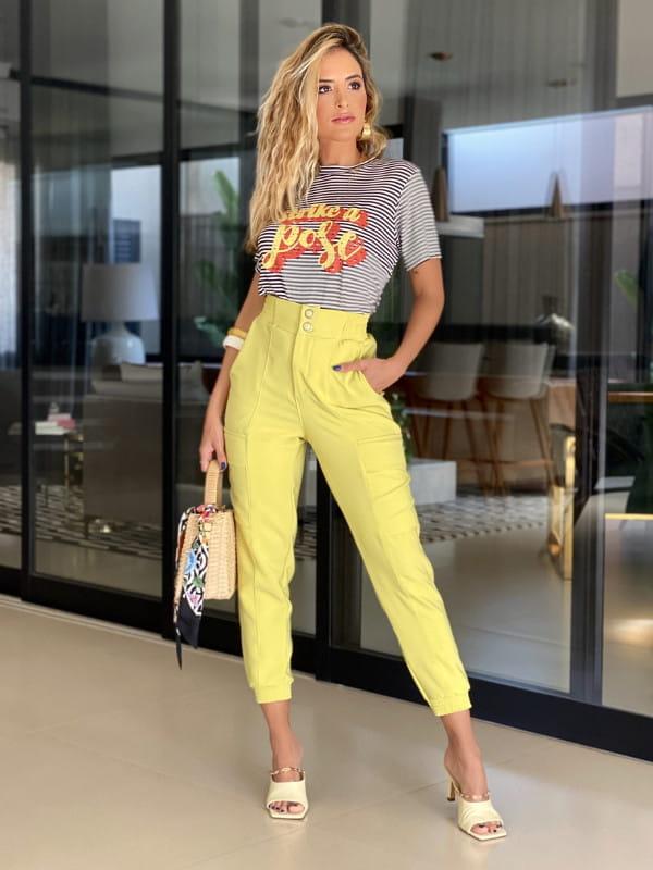 Tendências de cores para 2021: modelo vestindo uma calça jogger amarela.