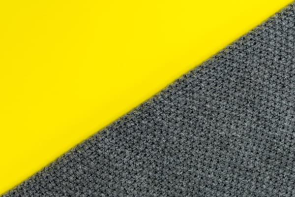 Tendências de cores para 2021: imagem com as cores ultimate gray e amarelo.