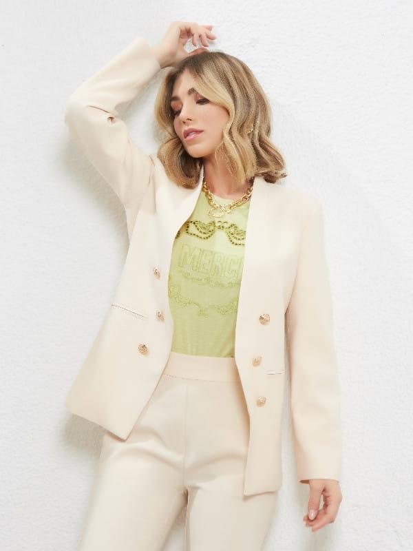 Tendências primavera verão 2021: modelo usando um blazer off white.