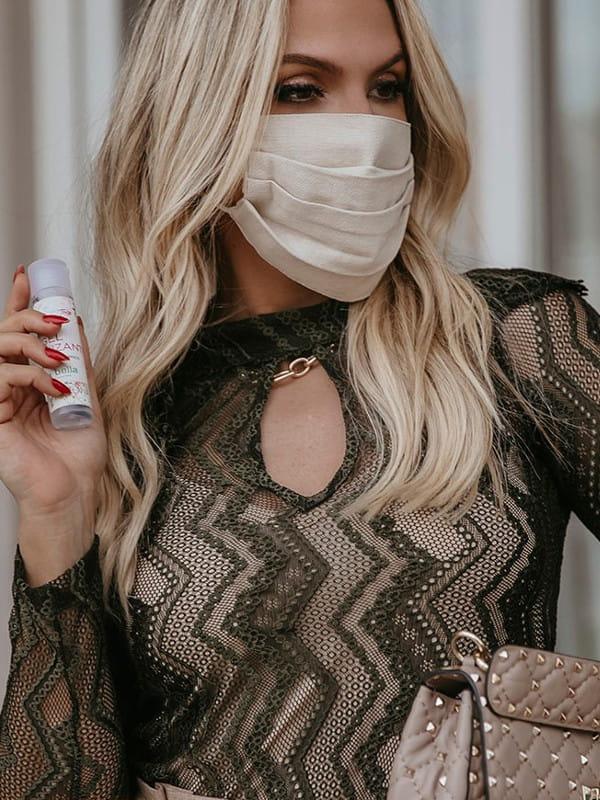 Tendências primavera verão 2021: modelo usando uma blusa de renda e máscara.