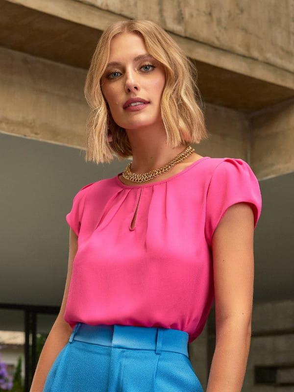 Tendências primavera verão 2022: modelo vestindo uma blusa de crepe detalhe gota.