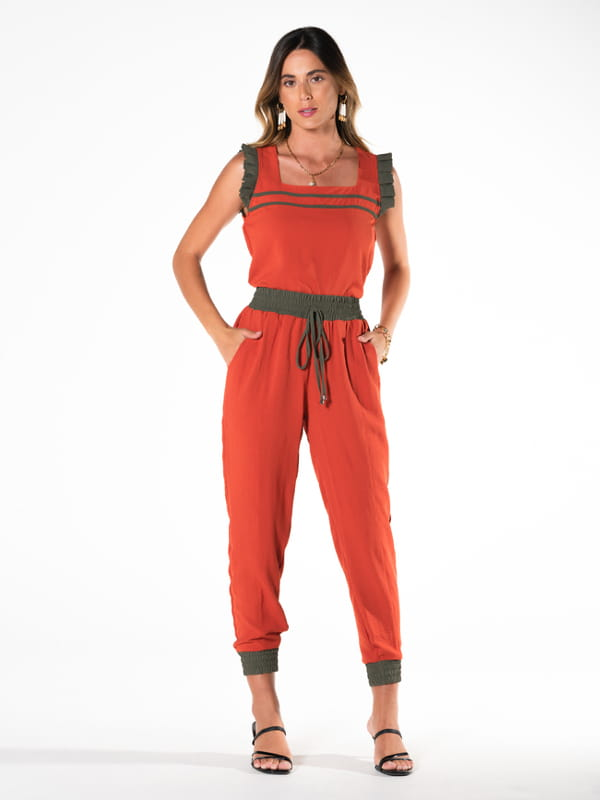 Tendências primavera verão 2022: modelo vestindo um conjunto moda comfy.