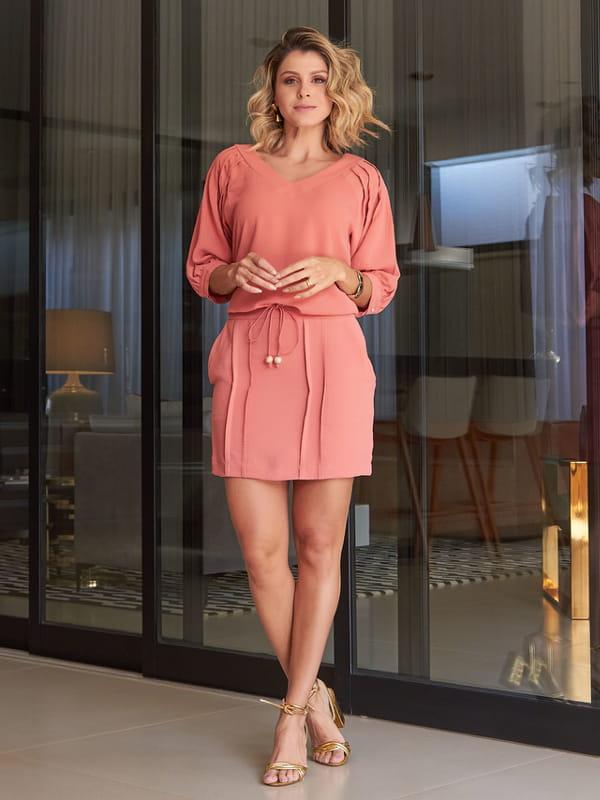 Tendências primavera verão 2022: modelo vestindo um conjuntinho rosê.