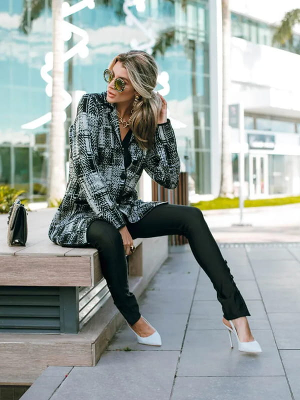 Tipos de xadrez: tendências para 2021: modelo usando um casaco de tricot xadrez preto e branco.