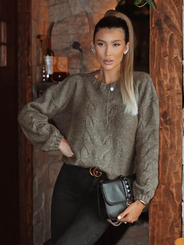 Tricot sempre na moda: modelo vestindo uma blusa de tricot marrom Londres.