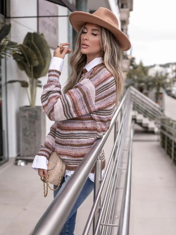 Tricot sempre na moda: modelo vestindo uma blusa de tricot listrada e mesclada.