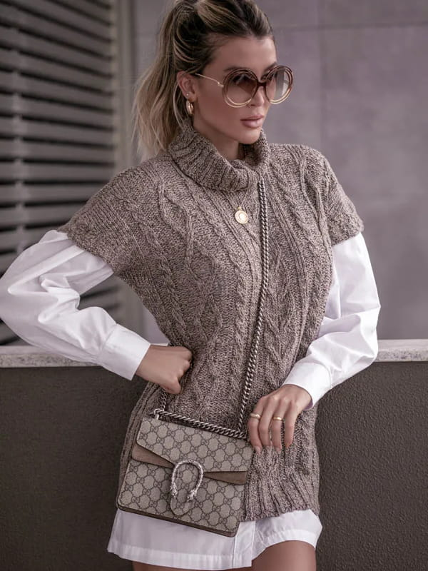 Tricot sempre na moda: modelo vestindo um colete de tricot marrom gola alta.