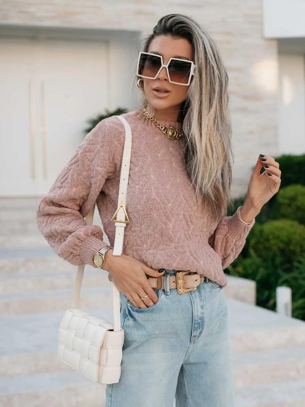 Blusa de frio de tricot: modelo vestindo uma blusa de tricot fio mousse rosê