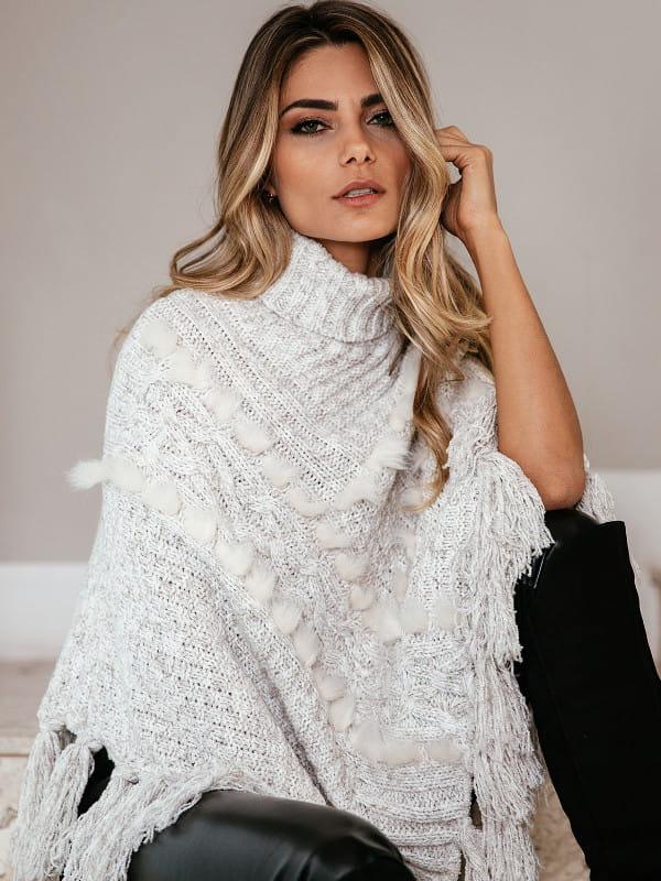 Blusa de frio de tricot: modelo vestindo um poncho de tricot.