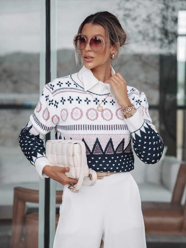 Blusa de tricot feminina: modelo vestindo uma blusa de tricot estampa etnica.