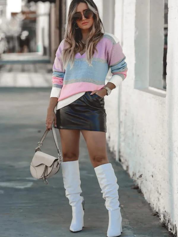 Blusa de tricot feminina: modelo vestindo uma blusa de tricot listrada com decote V.