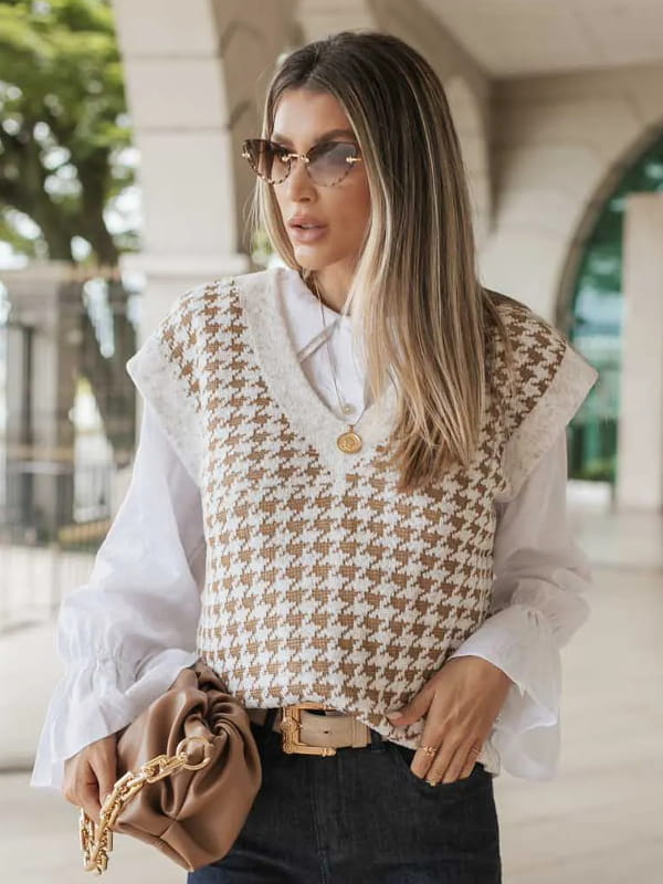Colete de tricot feminino: modelo sentada vestindo um colete de tricot xadrez Pied de Poule.