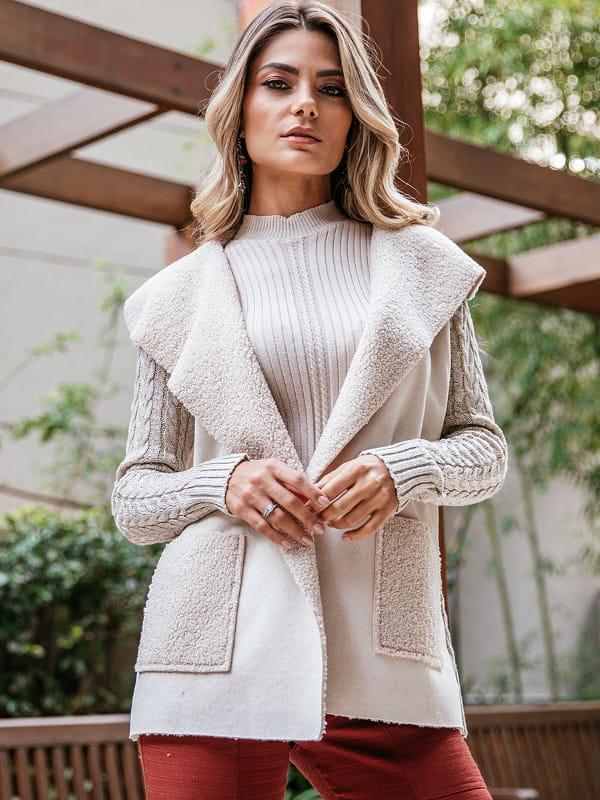 Casaco de tricot com trança e pele fake da coleção outono inverno 2020.