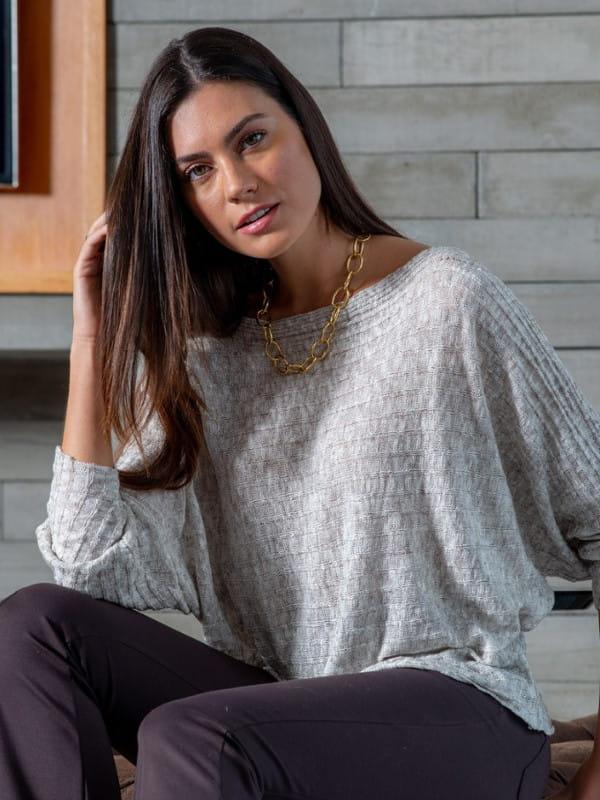 Blusa de frio de tricot: modelo vestindo uma blusa de tricot gola canoa.