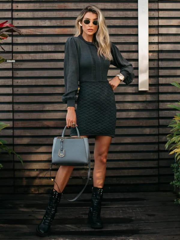 Vestido de tricot: modelo vestindo um vestido de tricot mangas longas na cor chumbo.