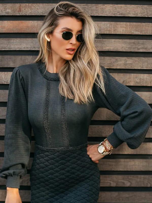 Vestido de tricot: modelo vestindo um vestido de tricot na cor chumbo.