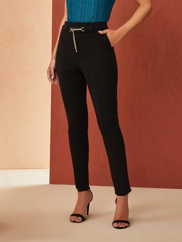 Unique Chic: Onde comprar no varejo: modelo vestindo uma calça skinny preta.