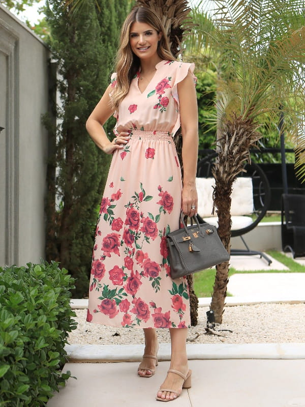 Unique Chic: Onde comprar no varejo: modelo com um vestido midi floral.