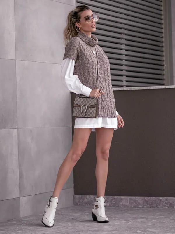 Vera Tricot: Onde comprar no varejo: modelo usando um colete de tricot manga curta marrom.
