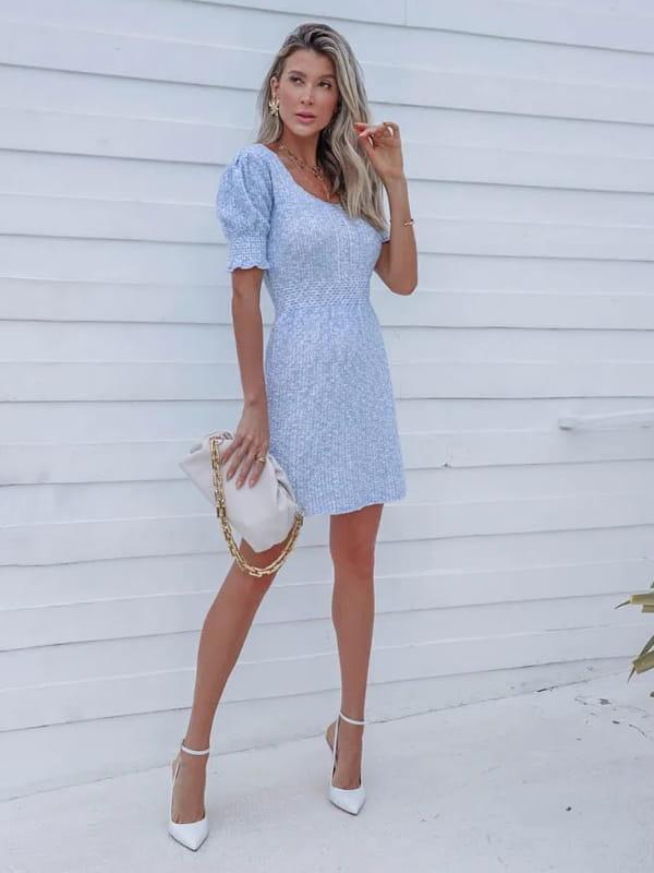Vera Tricot: Onde comprar no varejo: modelo usando um vestido de tricot curto com pérolas.