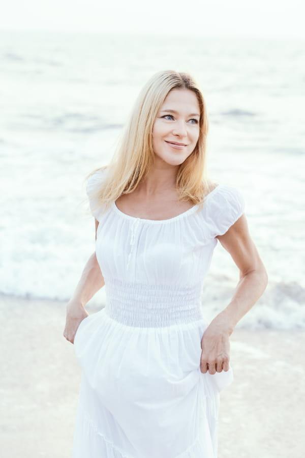 Modelo com um vestido branco longo e manga curta ciganinhha.