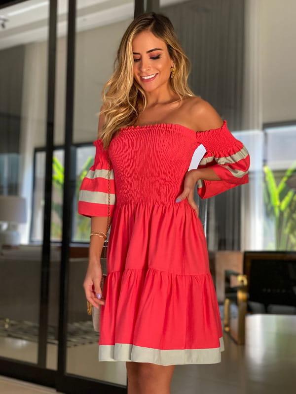 Vestidos para o Natal: modelo com um vestido vermelho ombro a ombro.