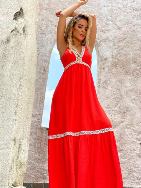 Vestidos para o Natal: modelo com um vestido longo vermelho maravilhoso.