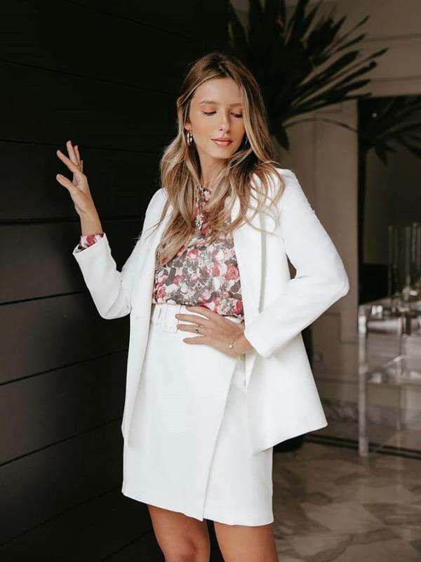 Vestidos para trabalhar em escritório: modelo usando um conjunto de blazer e saia.