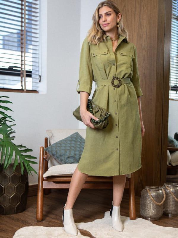 Vestidos para trabalhar em escritório: modelo com um vestido chemise.